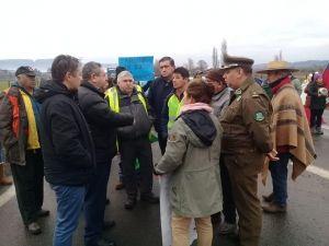 Alcalde se reunió con manifestantes de toma de ruta Q-61r, que demandan mejoras de caminos